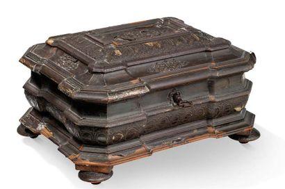 COFFRET de forme rectangulaire à gradins en bois mouluré et sculpté plaqué d'argent...