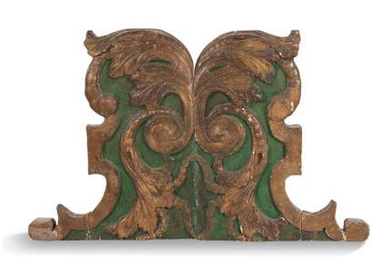 ELÉMENT en bois sculpté doré et laqué vert à décor de rinceaux feuillagés. XVIIIe...