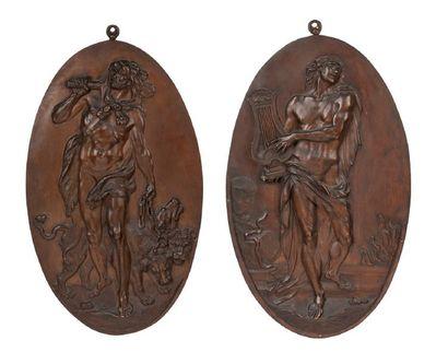 PAIRE DE PLAQUES en cuivre de forme ovale, repésentant Hercule et Apollon. Signées...