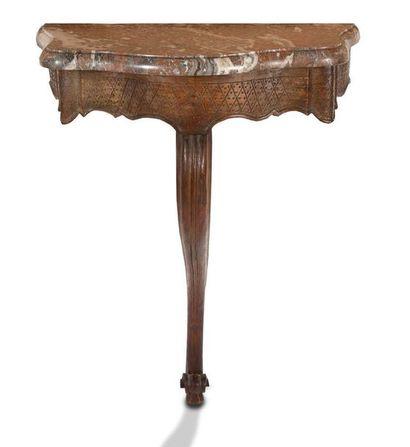 PETITE CONSOLE en bois naturel, la ceinture chantournée à décor de fond de croisillons...
