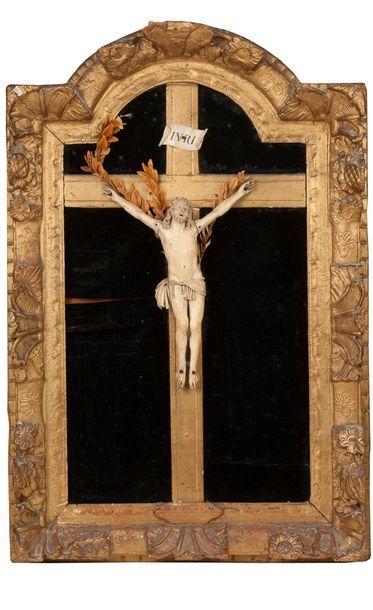 CHRIST EN IVOIRE Dans un encadrement en bois...