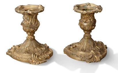 PAIRE DE BOUGEOIRS DE TOILLETTE en bronze...
