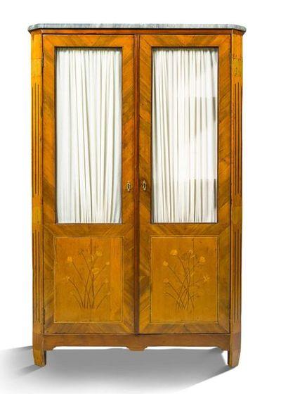 VITRINE en marqueterie à deux portes et décor...