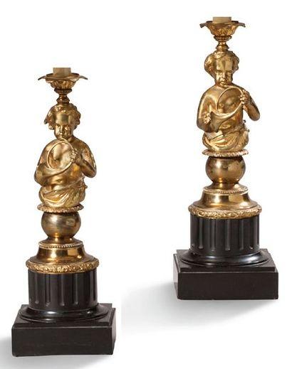 PAIRE DE LAMPES en bronze ciselé doré à décor...