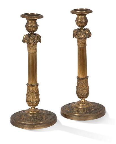 PAIRE DE BOUGEOIR en bronze ciselé et doré,...