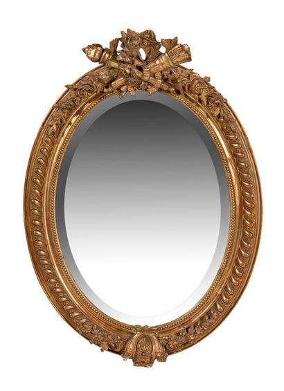 MIROIR de forme ovale en bois et stuc doré...