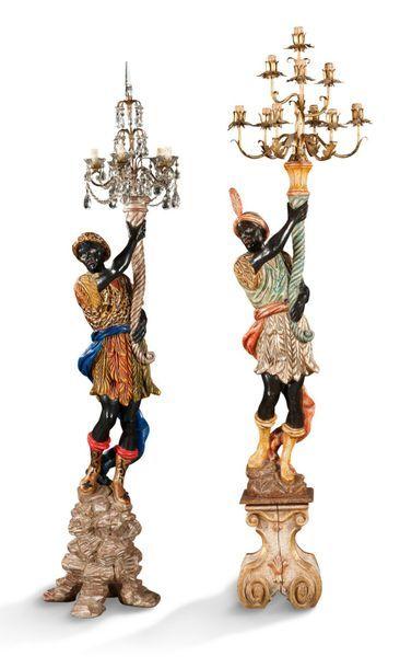 DEUX MAURES PORTE-TORCHÈRES tenant des bras de lumière en bois polychrome. Italie,...