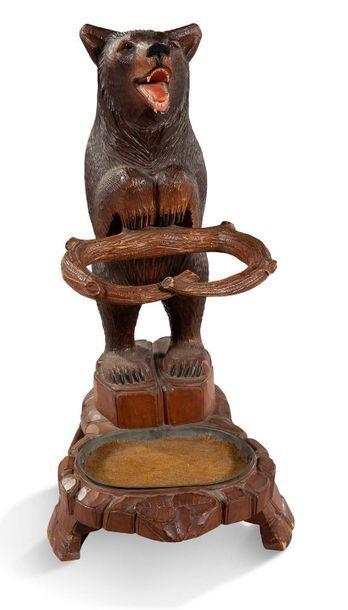 OURS PORTE-PARAPLUIE en bois sculpté et partiellement...