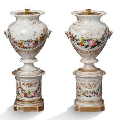 PAIRE DE VASES en porcelaine de Paris à décor...
