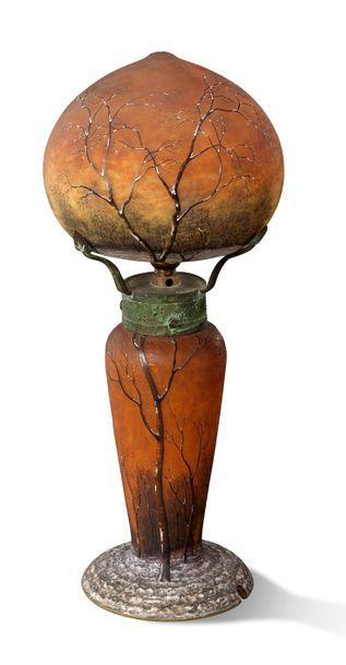 DAUM - Nancy Lampe en verre jaspé orangé à décor gravé à l'acide et émaillé noir,...