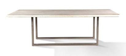 IMPORTANT PLATEAU en marbre blanc de forme rectangulaire reposant sur un piètement...