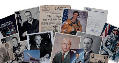 COSMONAUTES ET ASTRONAUTES. 10 photographies,...