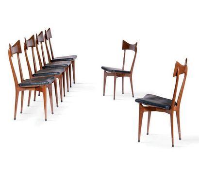 TRAVAIL ITALIEN Suite de 6 chaises Bois, simili cuir. 93 x 40 x 46 cm. Circa 195...