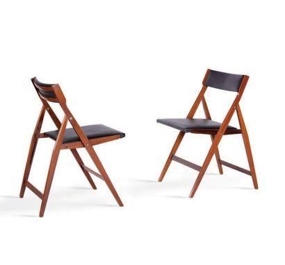 Gio PONTI (1891-1979) Paire de chaises pliantes dites Eden Bois, simili cuir, laiton....