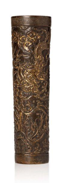 CHINE XVIIE SIÈCLE Petit vase de forme cylindrique en bronze finement ciselé et réhaussé...