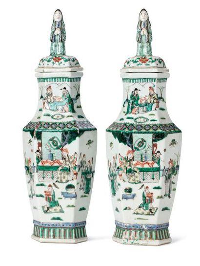 CHINE XIXE SIÈCLE Paire de vases balustres hexagonaux couverts, en porcelaine et...