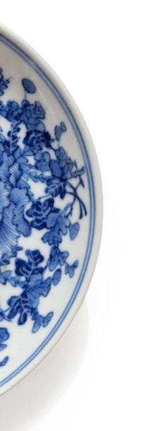 CHINE XIXE SIÈCLE Coupe couverte avec présentoir et soucoupe, en porcelaine blanche...