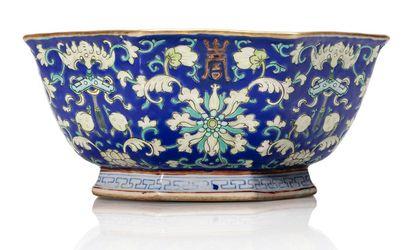 CHINE FIN DU XIXE SIÈCLE Bel ensemble de porcelaines de la famille rose comprenant...