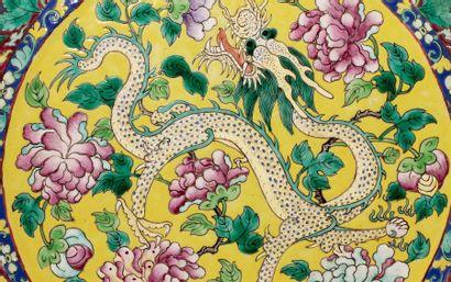 CHINE VERS 1880 Grand vase en forme de gourde aplatie en porcelaine et émaux famille...