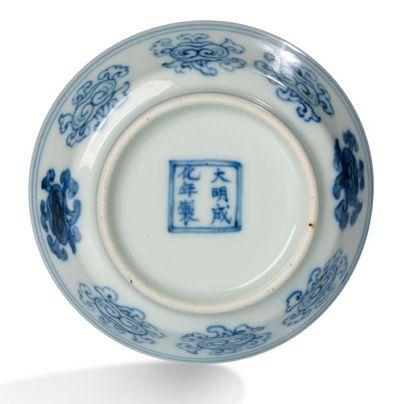 CHINE XVIIIE SIÈCLE Petite coupe en porcelaine à décor en bleu sous couverte de têtes...