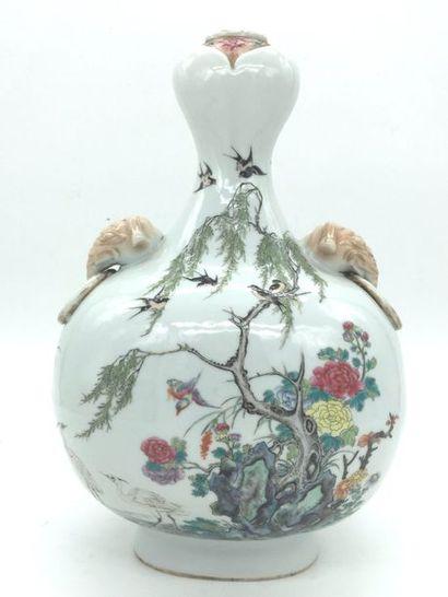 Chine XIXe siècle, Vase en porcelaine à...