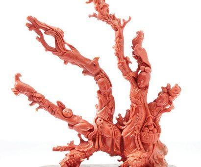 CHINE VERS 1930-1940 Grand groupe en corail rouge orange à trois branches sculptées...