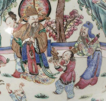 CHINE VERS 1850 Paire de vases à long col évasé en porcelaine et émaux de la famille...