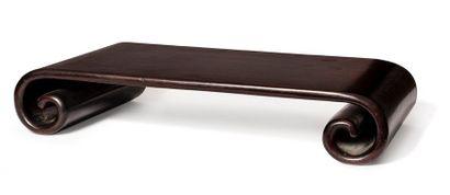 CHINE XIXE SIÈCLE Petite table de lettré en bois à bords enroulés. H. 10 x 55 x 33...
