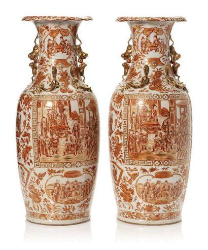 CHINE XIXE SIÈCLE Paire de vases en porcelaine de Canton émaillée corail à décor...