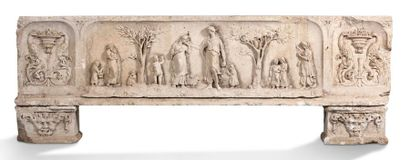 GRAND LINTEAU DE PORTE en pierre calcaire sculptée en bas-relief dans des réserves...