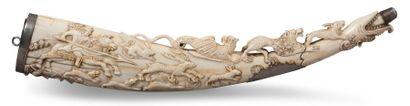 POIRE À POUDRE en ivoire sculpté en bas-relief...
