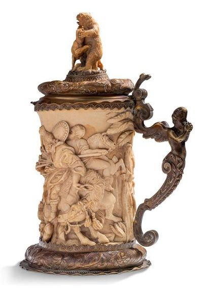 CHOPE en ivoire sculpté en fort relief d'une...