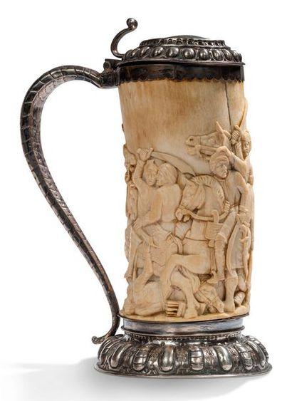 CHOPE en ivoire sculpté en bas-relief d'une...