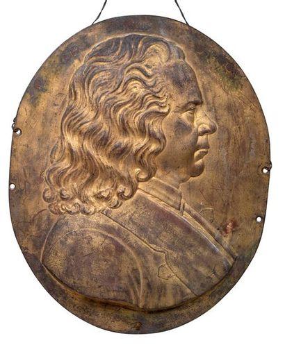 MÉDAILLON en bronze ciselé, doré et patiné...