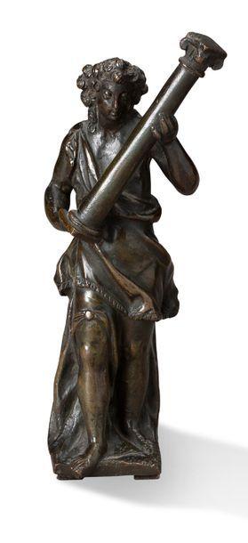 PAIRE DE SUJETS en bronze à patine brun-vert...