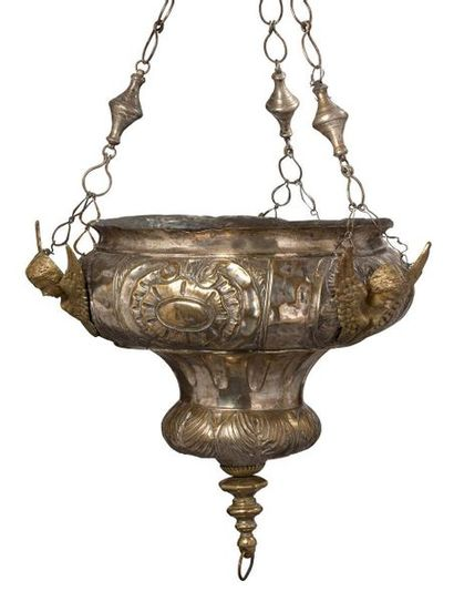 IMPORTANTE LAMPE DE SANCTUAIRE en métal patiné...