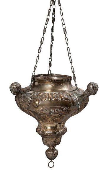 LAMPE DE SANCTUAIRE en argent repoussé au...