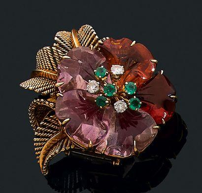 """BOUCHERON Clip """"fleur"""" Améthystes et topazes gravées, émeraudes et diamants, or 18k..."""