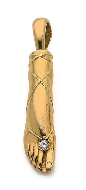 """FRED Pendentif """"pied féminin"""", diamant et or 18K (750). Trace de signature partiellement..."""