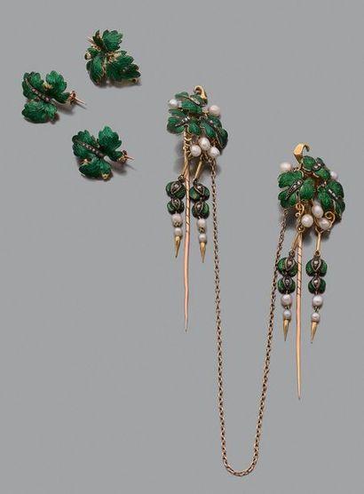 """Eléments de corsage """"feuillage"""" émail vert et perles fines, diamants taillés en..."""