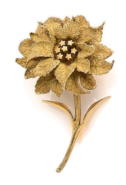 """HERMES Clip """"fleur"""" or 18k (750). Signé et numéroté. Ecrin. H.: 5cm env. - Pb.: 17gr..."""