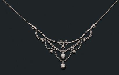 """Collier """"guirlande"""" Diamants de taille ancienne et rose, or gris 18k (750). Vers..."""