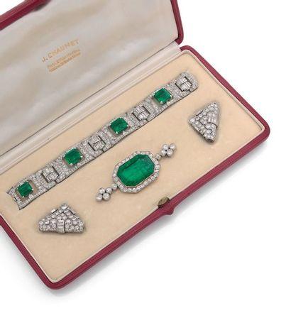 Broche Importante émeraude rectangulaire à pans coupés, entourage diamants ronds,...