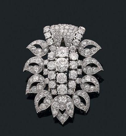 """CARTIER Clip """"diamants"""" Diamants de taille ancienne, or gris 18k (750) et platine..."""