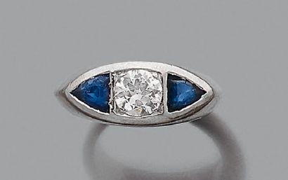 """Bague """"chevalière"""" Diamant demi taille épaulé de saphirs en triangle, platine (850)...."""