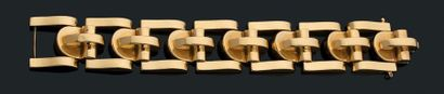 "Bracelet ""tank"" Or jaune 18k (750). Vers 1940. Long.: 18 cm - Pb.:101.5 gr A gold..."