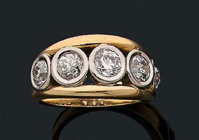 """Bague """"diamants"""" Ligne de cinq diamants de taille ancienne, or 18K (750). Td.: 59..."""