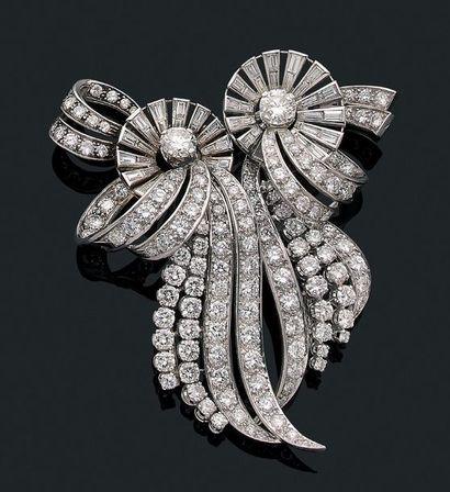 """Double clips """"boucles et volutes diamants"""" Diamants ronds de taille brillant et..."""