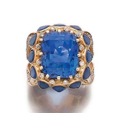 RENE BOIVIN Bague Saphir rectangulaire à pans coupés, entourage diamants ronds et...