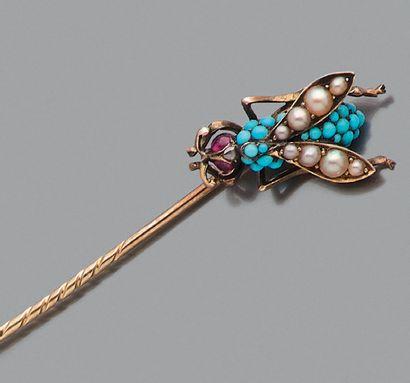 """Epingle """"insecte"""" Turquoises, demi perles et rubis, or 18k (750) et argent ( L.:..."""